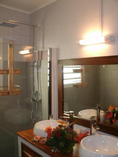 autre vue de la salle de bain de la maison