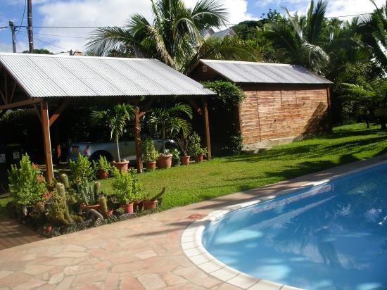 piscine,abri de voiture et abri de jardin de la location de vacances