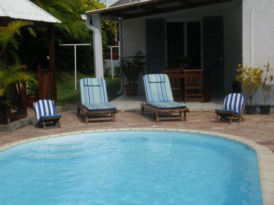 piscine et petite varangue de la maison