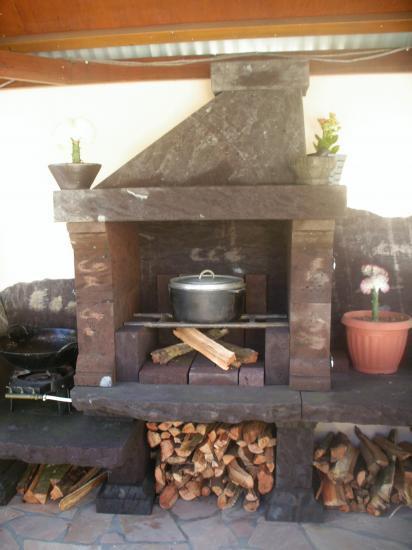 cuisine d 39 t au feu de bois et barbecue de la villa. Black Bedroom Furniture Sets. Home Design Ideas