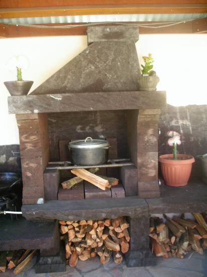 barbecue cuisine au feu de bois de cette location vacances. Black Bedroom Furniture Sets. Home Design Ideas