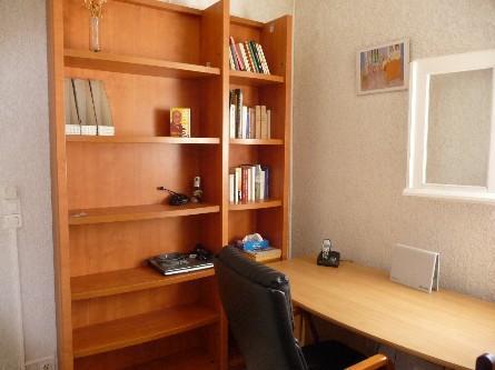 bureau et bibliothèque du meublé