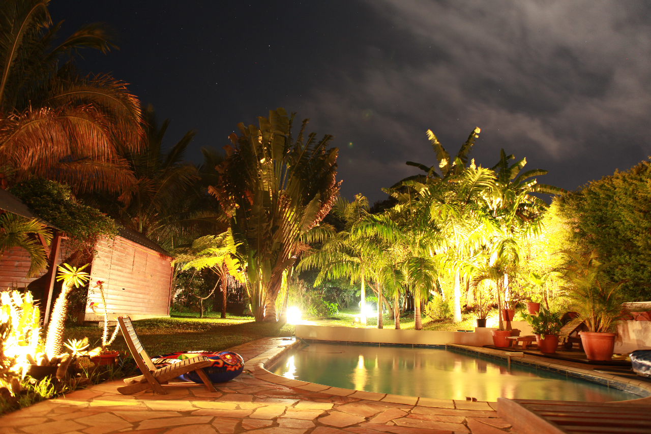 Piscine jardin du meubl de nuit atmosph re enchanteresse Atmosphere agreable piscine jardin