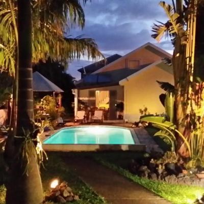 vue de nuit de la location du fond du jardin