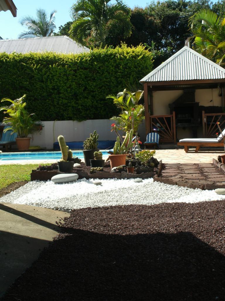 en arrière fond piscine et kiosque du barbecue de la location