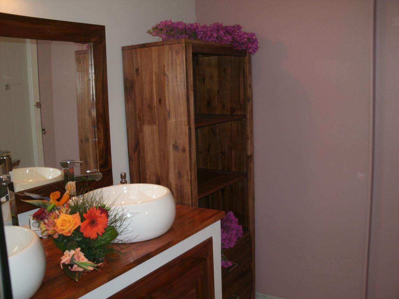 meuble de rangement dans la salle de bain