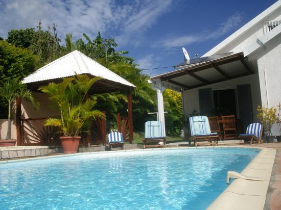 piscine et façade gauche du meublé de tourisme