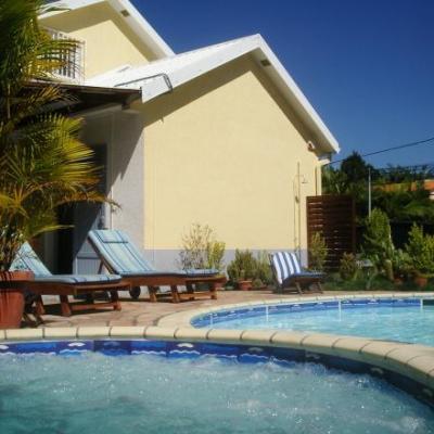 Ciel bleu de la Réunion,jacuzzi et piscine de la villa