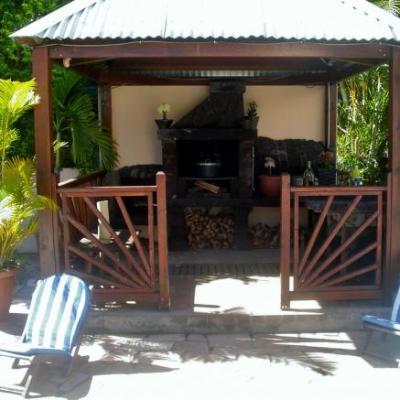 le kiosque abritant le barbecue de la maison