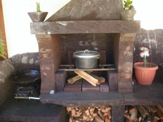 cuisine d'été au feu de bois et barbecue du logement