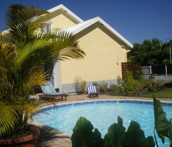 piscine et façade du meublé de tourisme, et le ciel bleu de la Réunion