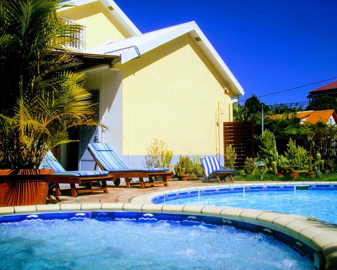 jacuzzi, piscine sur la façade droite du meublé