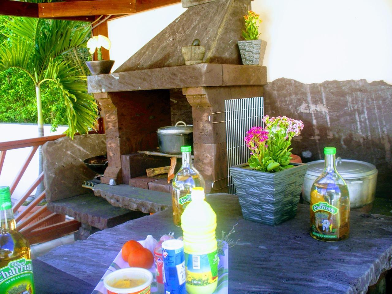 barbecue taillé dans de la roche volcanique